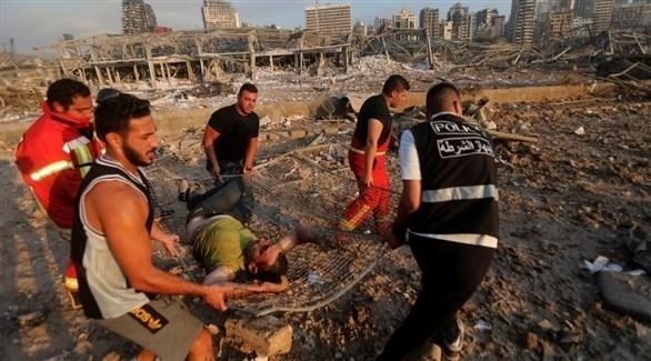 نقل أحد الجرحى خلال الساعات الأولى من انفجار مرفأ بيروت (أرشيف)