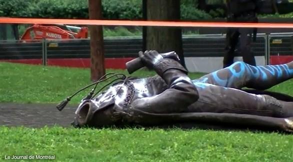 بقايا التمثال مرمياً على الأرض (Le journal de Montreal)