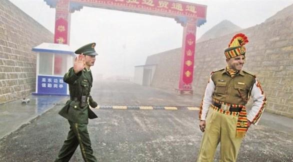 جنديان صيني وهندي على الحدود المشتركة بين البلدين (أرشيف)