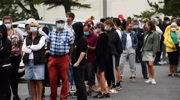 فرنسيون أمام مركز صحي لفحص كورونا (أرشيف)