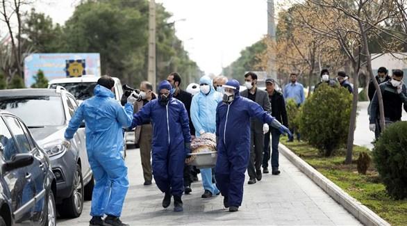 إيرانيون يحملون نعش أحد ضحايا كورونا في الطريق لدفنه (أرشيف)
