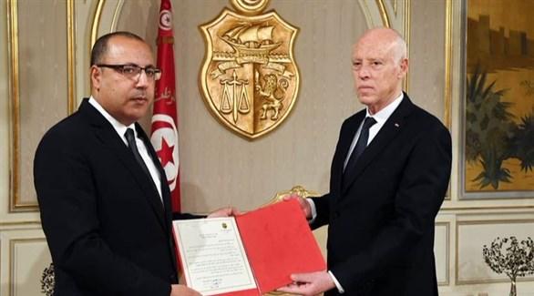 الرئيس التونسي قيس سعيّد يمين يُسلم هشام المشيشي التكليف بتشكيل الحكومة الجديدة (أرشيف)