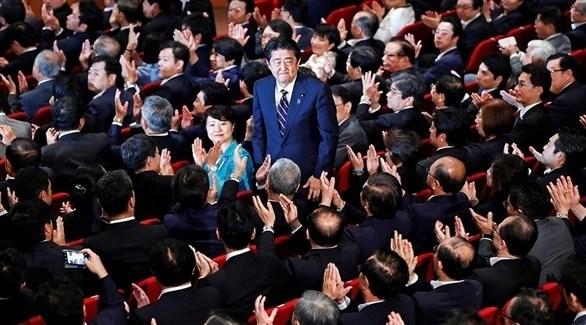 رئيس الوزراء الياباني شينزو آبي المتخلي في اجتماع حزبي (أرشيف)
