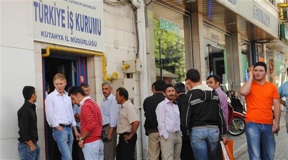 طابور من الأتراك العاطلين عن العمل يصطف أمام مركز توظيف (أرشيف)
