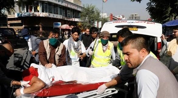 مسعفون ينقلون مصاباً في التفجير الذي استهدف نائب الرئيس الأفغاني في كابول (تويتر)