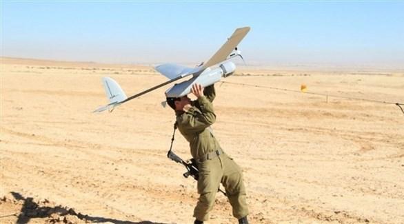 جندي إسرائيلي يمسك طائرة دون طيار (أرشيف)