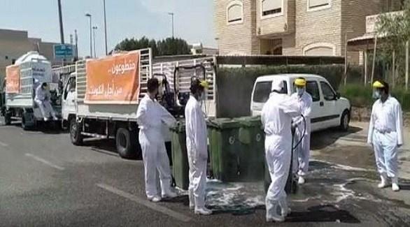 متطوعون يُعمقون شارعاً في الكويت (أرشيف)