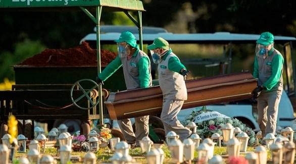 عمال مقبرة في البرازيل ينقلون تابوت أحد ضحايا كورونا (أرشيف)