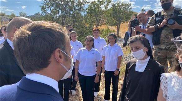 الرئيس الفرنسي ايمانويل ماكرون مع طالبات ومديرة مدرسة كرمل القديس يوسف في بيروت (وكالة الأنباء اللبنانية)