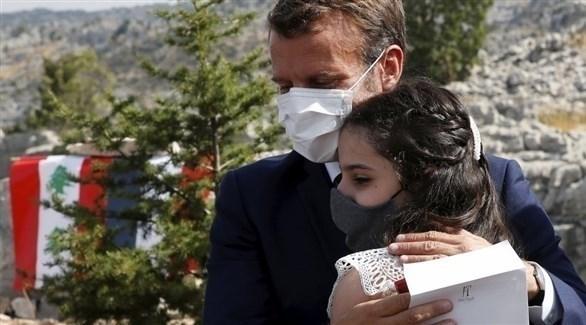 ماكرون محتضناً تمارا طياح، كريمة إحدى شهيدات انفجار مرفأ بيروت (أ ب)