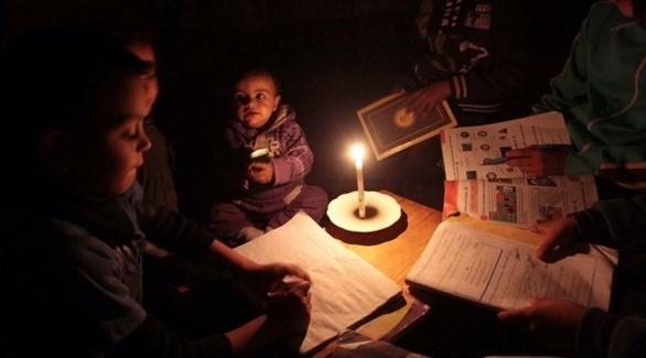 أطفال غزة يدرسون على ضوء الشمعة (أرشيف)