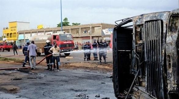 إطفائيون يحاولون السيطرة على حريق بعد انفجار سابق في مالي (أرشيف)