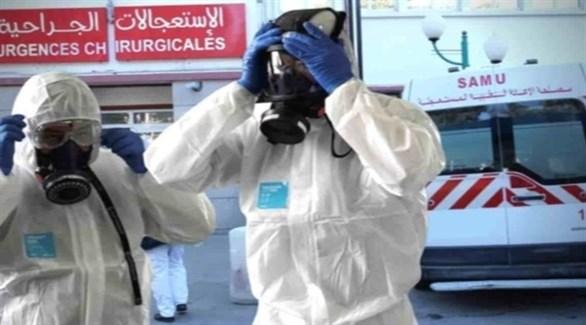 عاملان في القطاع الصحي الجزائري أمام مدخل طوارئ أحد المستشفيات (أرشيف)