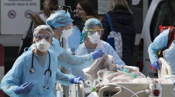 عاملون في القطاع الصحي الفرنسي ينقلون مصاباً بكورونا (أرشيف)