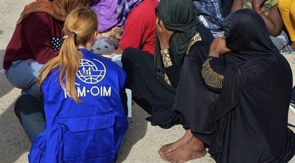 أحد عناصر المنظمة أثناء تسجيل المهاجرين (أرشيف)