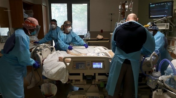 طاقم طبي يعاين أحد المرضى (أرشيف)