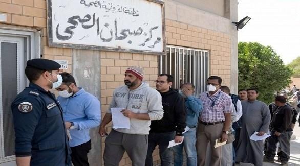 مراجعون أمام مركز صحي كويتي (أرشيف)