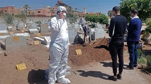 مغاربة في مقبرة بمراكش بعد دفن أحد ضحايا كورونا (أ ف ب)