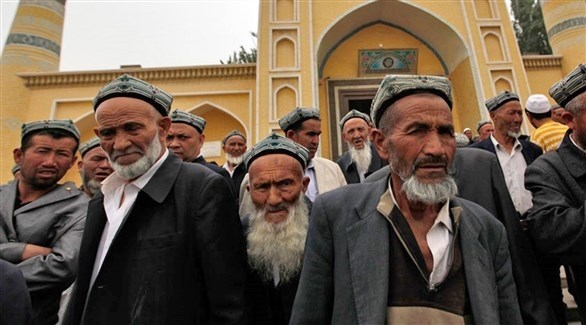 صينيون أويغور أمام مسجد في شينغ يانغ (أرشيف)