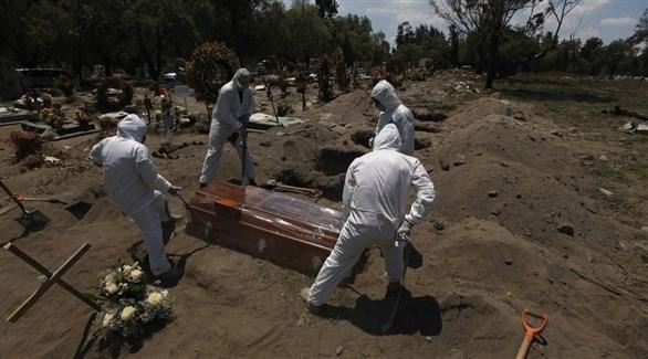 دفن متوفى بكورونا في المكسيك (أرشيف)