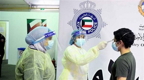 عاملتان في القطاع الصحي الكويتي تفحصان مراجعة (أرشيف)
