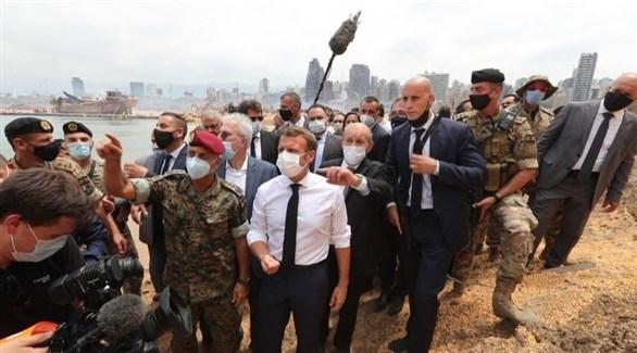 الرئيس الفرنسي إيمانويل ماكرون ووزير خارجيته جان إيف لودريان في مرفأ بيروت بعد دماره (أرشيف)