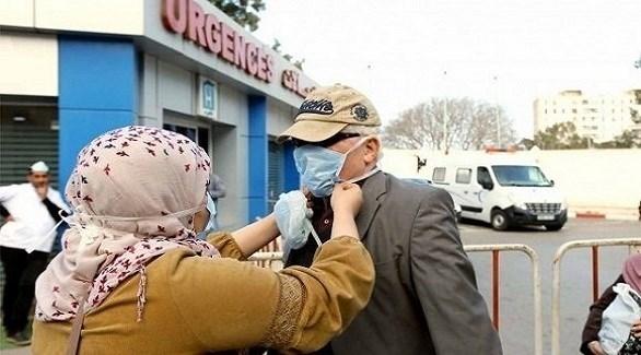 جزائرية تضبط كمامة زوجها أمام طوارئ مستشفى في العاصمة الجزائرية (أرشيف)