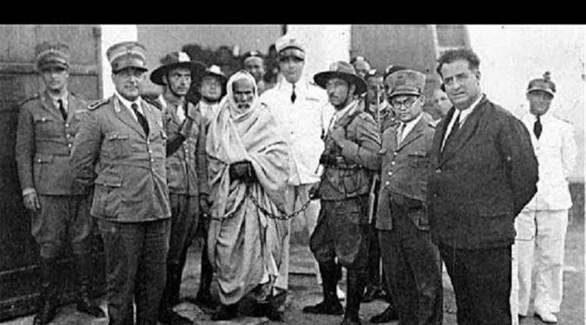 عمر المختار وسط ضباط الجيش الإيطالي في طريقه إلى المشنقة (أرشيف)