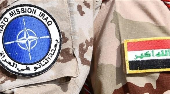 العلم العراقي وشعار بعثة الناتو في العراق (أرشيف)