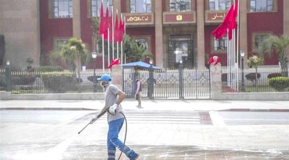 عامل مغربي أثناء تعقيم ساحة البرلمان في الرباط (أرشيف)
