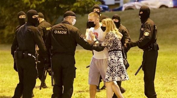 عناصر من الأمن في بيلاروسيا مع محتجين (أرشيف)