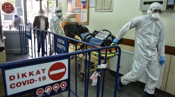 مسعفان تركيان يجران مصاباً بكورونا داخل أحد المستشفيات (أرشيف)