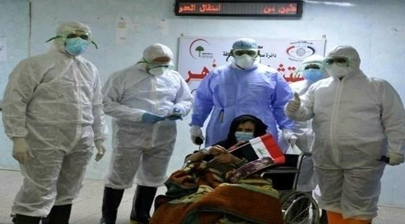 عاملون في القطاع الصحي العراقي مع مصابة بكورونا (أرشيف)