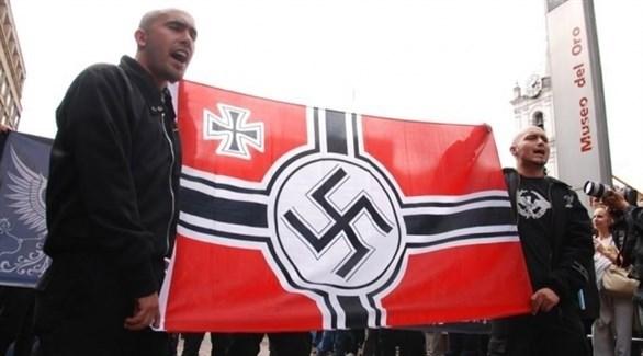 متطرفان ألمانيان يرفعان علم النازية (أرشيف)