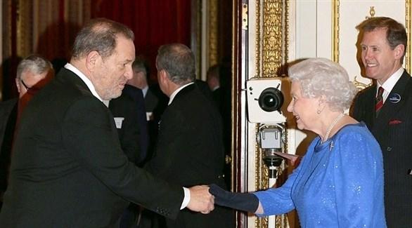 الملكة إليزابيث الثانية تصافح المنتج السينمائي المسجون هارفي واينستين (أرشيف)