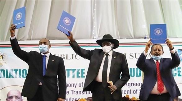 رئيس جنوب السودان سيلفا كير ورئيس المجلس السيادي عبد الفتاح البرهان ورئيس الحكومة السودانية عبد الله حمدوك بعد توقيع الاتفاق في جوبا (تويتر)