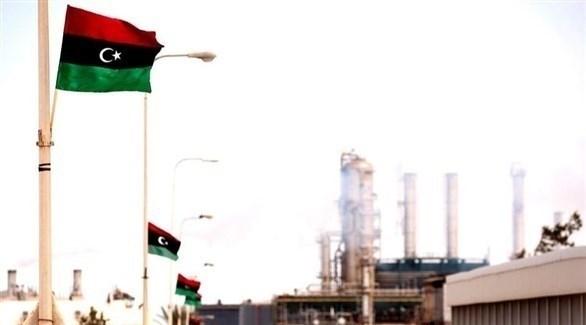 أعلام ليبيا مرفوعة بحقل للنفط (أرشيف)