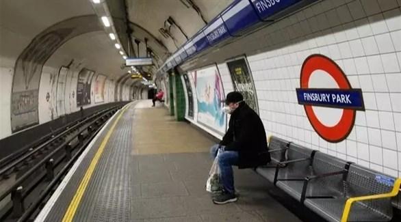 رجل يرتدي كمامة داخل إحدى محطات مترو لندن (أرشيف / أ ف ب)
