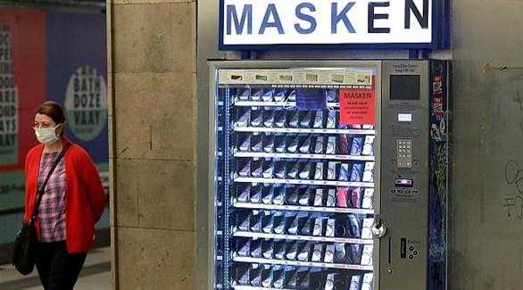 ألمانية قرب جهاز آلي لبيع الكمامات في محطة ميترو ببرلين (أرشيف)