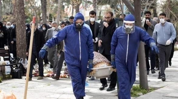 إيرانيون ينقلون أحد ضحايا كورونا للدفن (أرشيف)