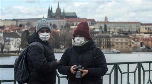سائحان أجنبيان في براغ عاصمة تشيكيا (أرشيف)