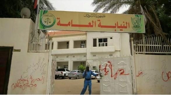 شرطي أمام بوابة النيابة العامة السودانية في الخرطوم (أرشيف)