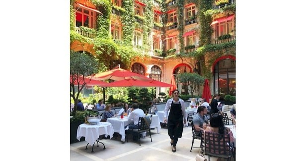 مطعم الحديقة الداخلية بفندق بلازا أتينيه الباريسي الفاخر (أرشيف)