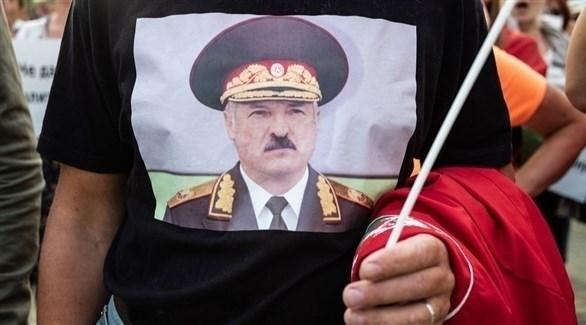 متظاهر داعم للرئيس لوكاشينكو في أحد الميادين (أرشيف)