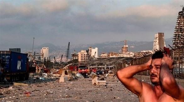 لبناني يشد على رأسه بعد انفجار مرفأ بيروت (أرشيف)