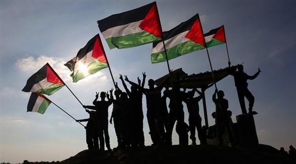 شبان يلحون بالأعلام الفلسطينية (أرشيف)