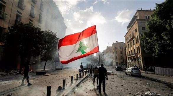 متظاهر يرفع العلم اللبناني في وسط بيروت (أرشيف)