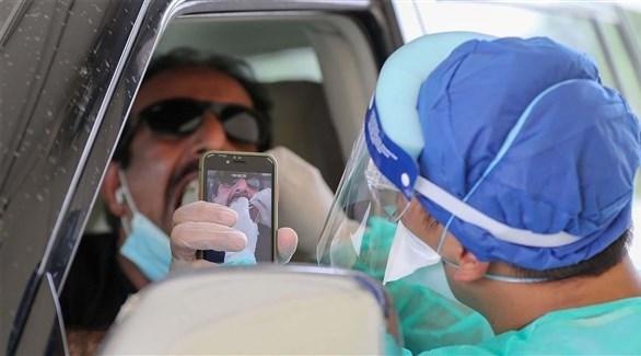 طبيب يأخد مسحة من قطري في الدوحة (أرشيف)