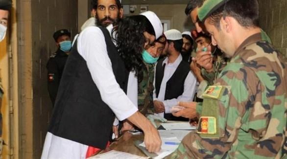 سجناء من طالبان يوقعون قرار مغادرة السجن (أرشيف)