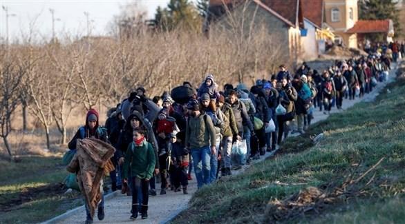 مهاجرون على الحدود الصربية الهنغارية (رويترز)